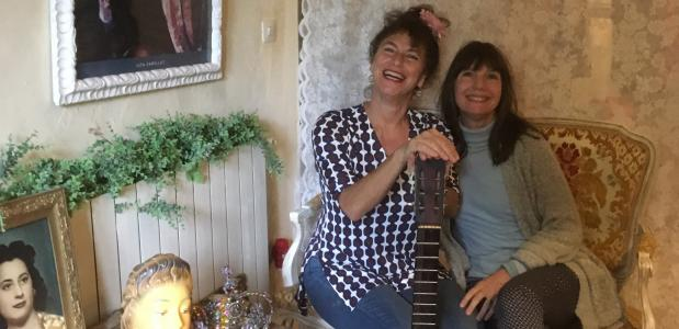 Marciel op bezoek bij Debbie in Can Portell. Foto Katinka de Maar