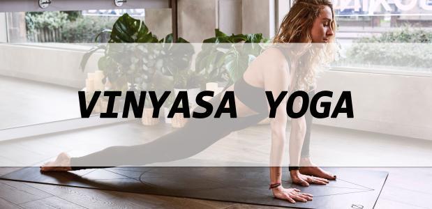 Wat is vinyasa yoga eigenlijk, en waar helpt het bij? Yoga International zocht het uit!