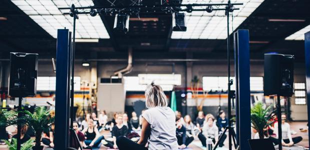 Eindigen van een yoga sessie, mediteren, groep yoga