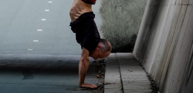 Bert heeft een eigen yogastudio in Leeuwarden. Foto van Israel Gil via Unsplash
