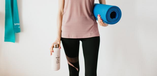 Water drinken tijdens yogales yoga sessie