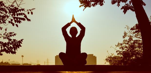 mediterende man, foto via Pexels.com
