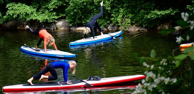 Foto: yoga op kayakken in Malmö, Zweden. Bron: Dan, via wikimedia.commons.