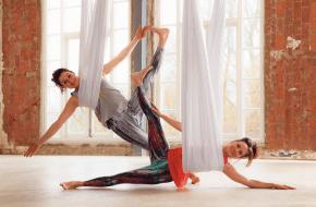 Aerial yoga met Lies Schuring/Janneke van Amelsvoort. Fotografie Herman Lankwarden
