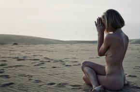 Naakt yoga helpt schaamte uit de weg. Foto Dieke