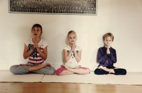 Vrolijke yoga en meditatieoefeningen in Kinderbuik&co