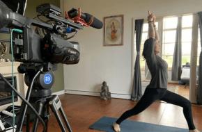 Jeanet Siddhi Heilbron in actie tijdens een live stream yogales.