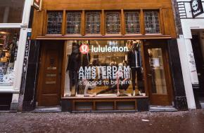 Yoga-ambassadeur Baron Baptiste gaf flow sessie bij opening Lululemon winkel Amsterdam afgelopen maand.