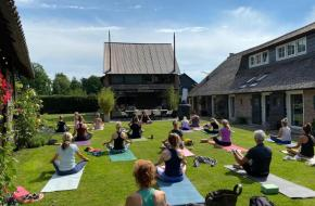 International Yoga Day 2020 met Nanda (Yogalofvers), en Wanda Hartog (YogaSway)