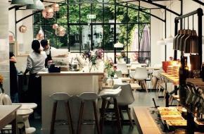 Impressie van Restaurant LOFF met doorkijk naar het tuinterras.