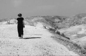 Palestijnse yogadocente en violiste Tala Khouri zet haar spiritualiteit in voor een geweldloze wereld.