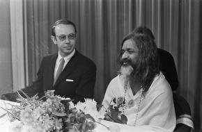 Aankomst Maharish Makesh Yogi op Schiphol. Foto: Ben Merk, fotocollectie Anefo (GaHetNa, Nationaal Archief) [CC0 1.0]