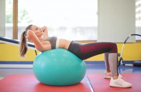 Verbeter je kracht, balans en flexibiliteit met een yogabal