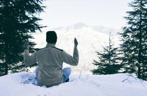 6 yoga poses die je blij maken in het koude weer