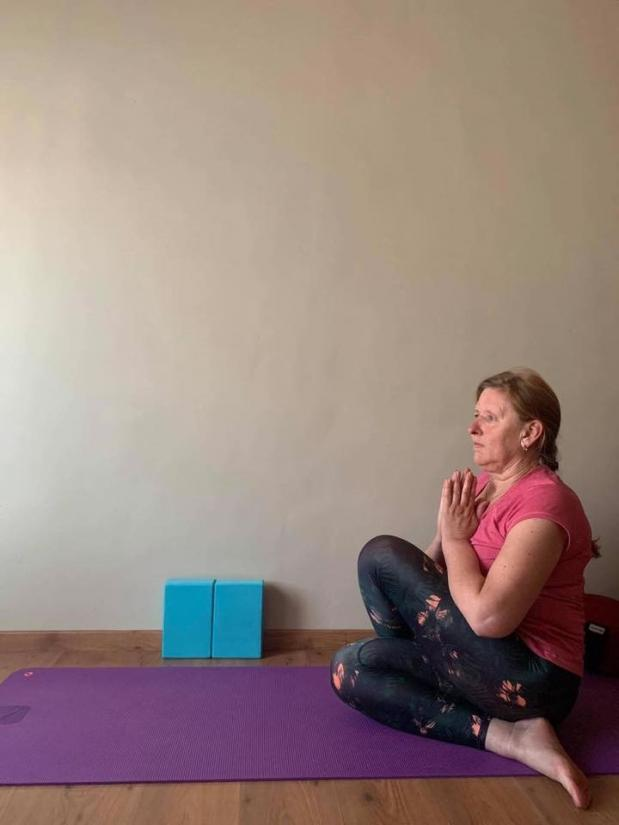 Hilde beoefent yoga thuis