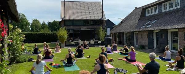 International Yoga Day 2020 met Nanda (Yogalofvers), en Wanda Hartog (YogaSway)